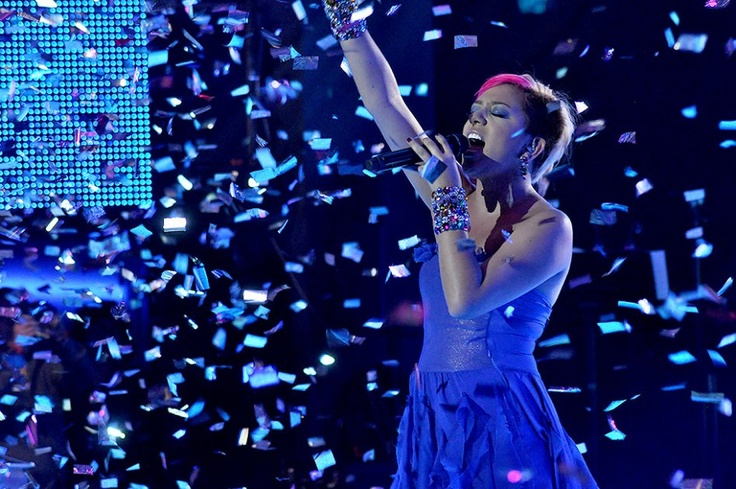 Como un ángel llegó Andrea a su último show en vivo, la voz y la ambientación le dieron el toque celestial.