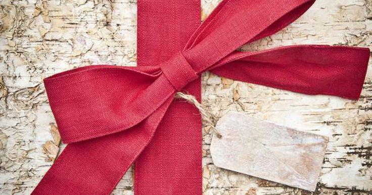 Regalos de Navidad para mamá y papá. Olvídate de los productos perfumados y los calcetines. Los regalos de Navidad para mamá y papá no tienen que ser predecibles o seguros. Haz un poco de trabajo detectivesco durante el año para saber exactamente qué pondrás debajo del árbol e imagina la diversión que tendrás llevando a cabo esos pequeños detalles ...