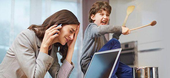 Δείτε ένα κόλπο με το οποίο μπορείτε να δείξετε στο παιδί πώς να περιμένει να τελειώσετε τη συζήτησή σας για να σας μιλήσει, χωρίς να νιώθει ότι το παραμελείτε και χωρίς τιμωρίες και φωνές.