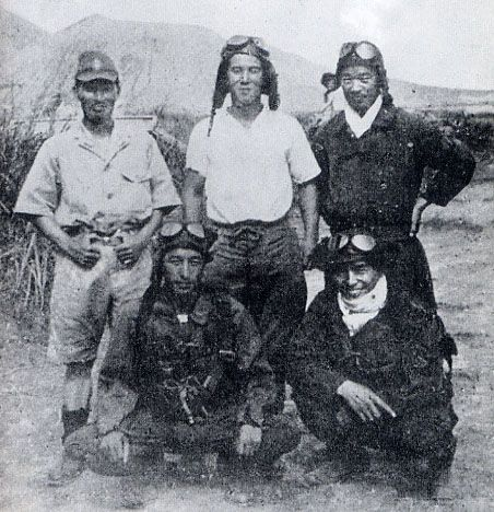 The 5 leading aces of the famous Tainan Kōkūtai, which includes the famous 'Cleanup Trio' (Sakai, Ōta & Nishizawa). Only Saburō would survive the war out of the 5 pictured here….Top Row From Left- Tora-Ichi Takatsuka, Junichi Sasai, Saburō SakaiFront row From left- Toshio Ōta, Hiroyoshi NishizawaOne of my favorite Japanese photos of WW2, 有名な「クリーンアップトリオ」(酒井、大田、西澤)を含む有名な台南国道の5つの主要なエースです。ここに描かれている5枚の写真のうち、サブリは戦争で生き残っていただろう...左上から上段 - 高槻虎一、笹井純一、酒井前郎前列左から - 大澤俊雄、西澤浩義日本のWW2写真、