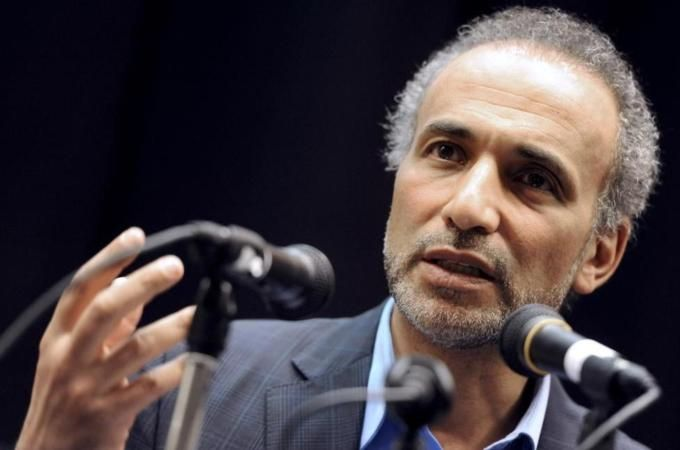 Prominent Muslim scholar, Tariq Ramadan, condemns attack in Paris but says the West is fuelling Islamophobia.