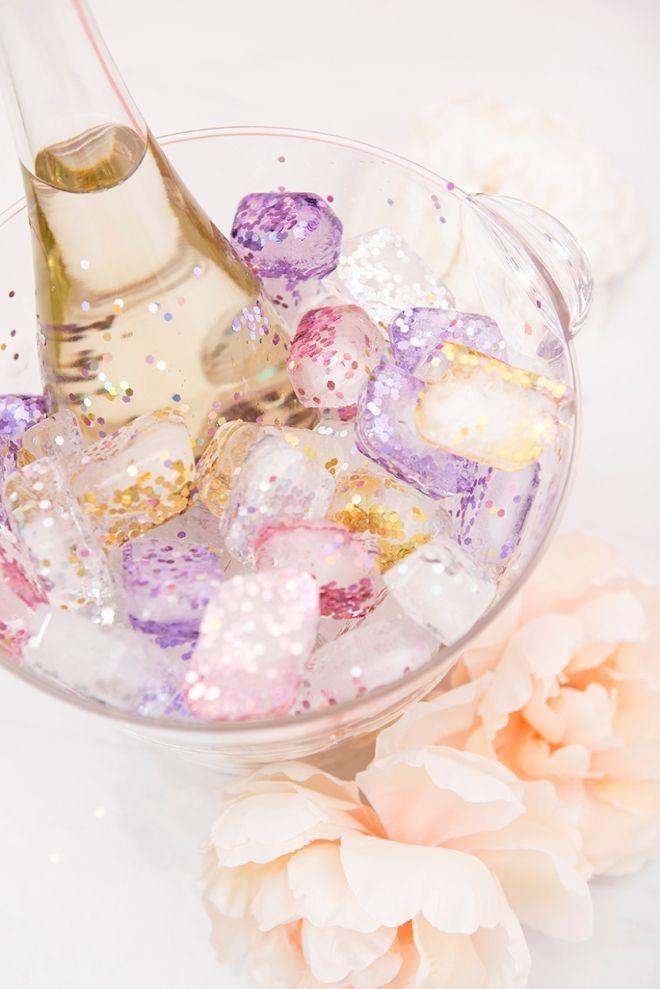 Erfahren Sie wie Sie wunderschöne glitzernde Eiswürfel zum Chillen herstellen!