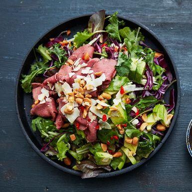 rödkålssalladen med asiatisk dressing grön-, vit- eller spetskål – eller varför inte en blandning? Förstärk med gröna salladsblad, avokado och sojabönor. Bjud med rostbiff och salta jordnötter. Gott!