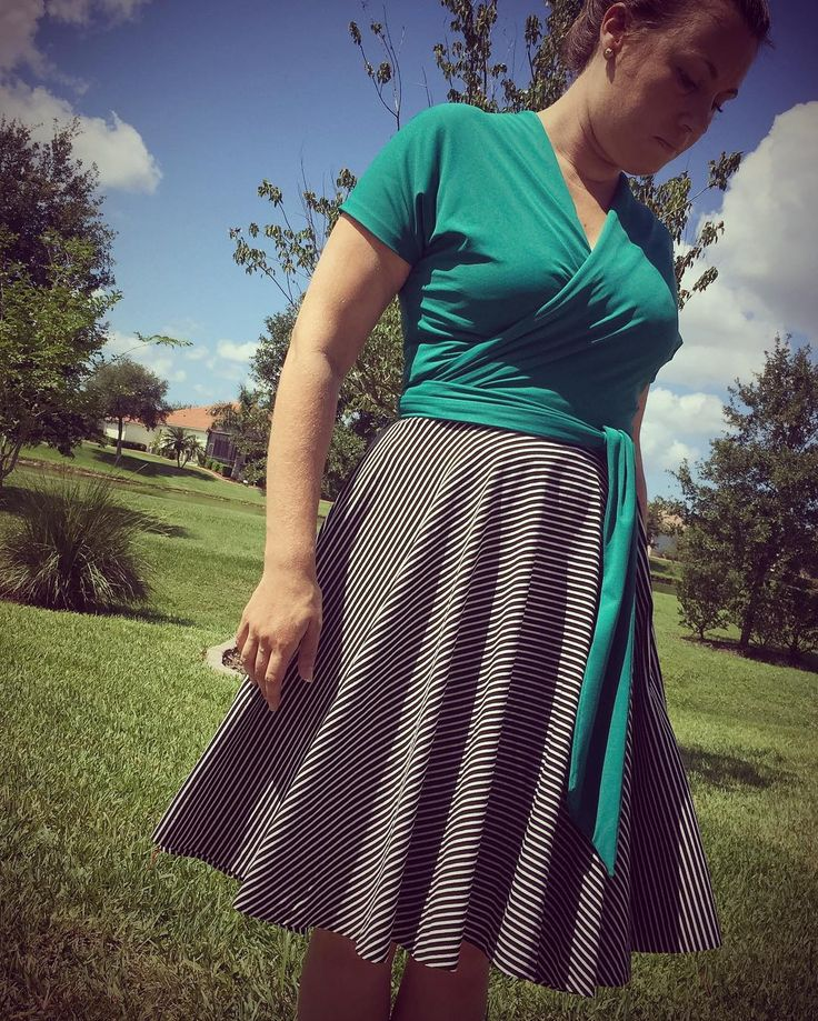 This magical green fabric stays cool on your skin even in the heat - not sure how this is happening but I sure like it. I bet @missmollysteele knows! Top is #butterick #b6285 and skirt is @megannielsenpatterns #veronikaskirt #memademay by mrs_ellebelle