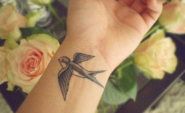 se faire tatouer une hirondelle en noir et blanc sur le poignet