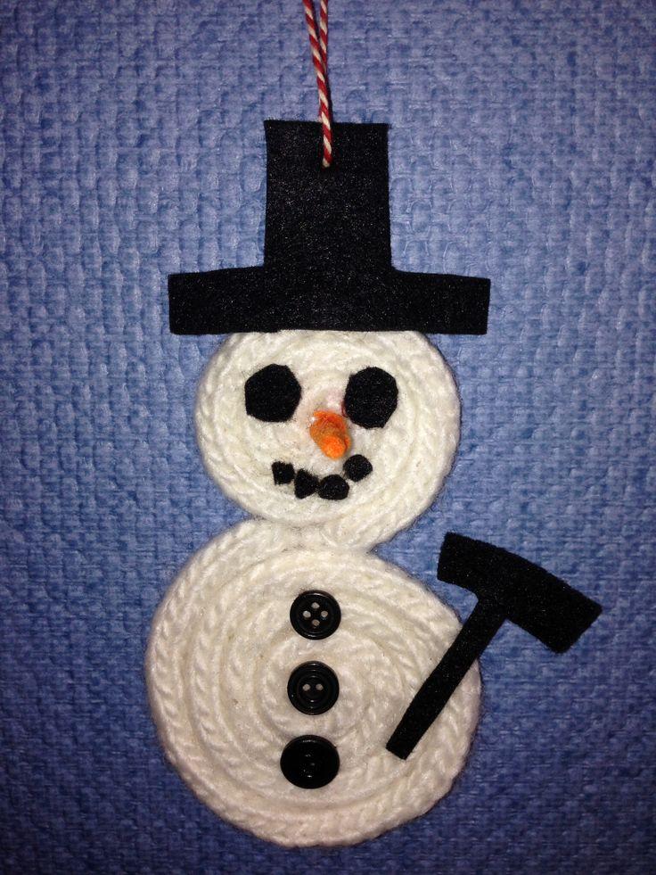 Sneeuwpop gemaakt van 2 punnikkoorden, de een iets langer dan de ander. Deze punnikkoorden oprollen en vast lijmen. Daarna met vilt het hoedje, oogjes, mond neus en bezem maken en erop lijmen en als laatste de knoopjes erop lijmen.