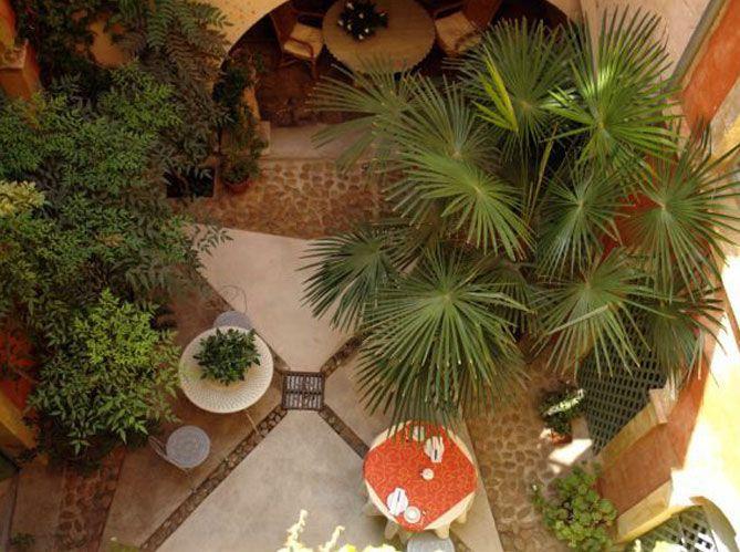 Jardin secret, havre de paix et de fraîcheur, paysage de verdure à ciel ouvert, le patio joue à...