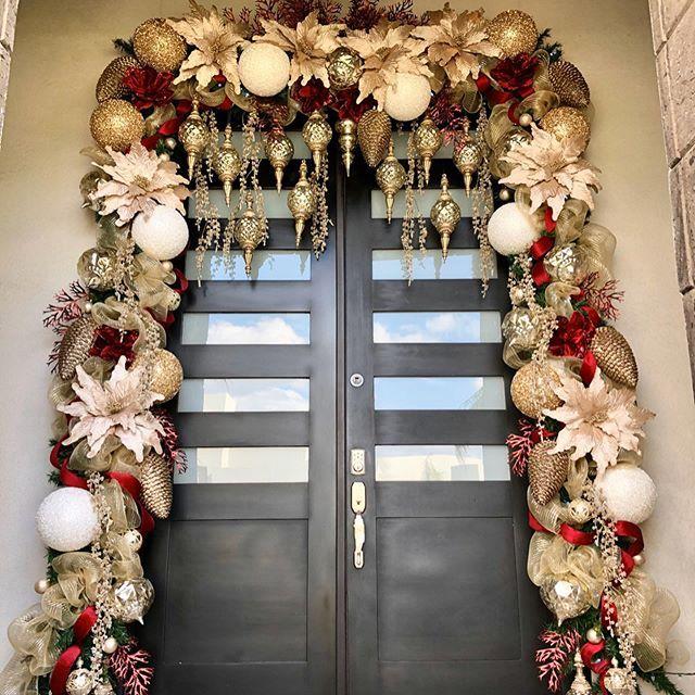 Como Decorar El Frente De Mi Casa En Navidad Decoracion Navidena Para Puertas Ideas Para Decoracion De Puertas Navidenas Puertas Decoradas De Navidad Casitas