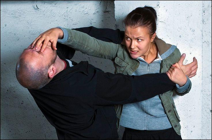 Il dietro le quinte di un allenamento di Krav Maga (difesa personale). L'obiettivo di tale disciplina è imparare a difendersi da qualsiasi sitiazione di pericolo in cui potremmo trovarci, impiegando tecniche veloci, potenti ed efficaci, rese istintive...