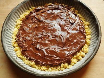 La torta sbriciolata alla nutella è un dolce assolutamente favoloso. Una ricetta golosa a cui proprio non si riesce a resistere. Facilissima da preparare.