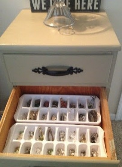 de bakjes om ijsklontjes in te maken gebruiken voor het opbergen... Door jenra