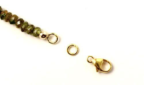 Du skal nu have sat kæde og lås i din halskæde. I den ene ende skal du bruge en 4mm øsken og en karabinlås.
