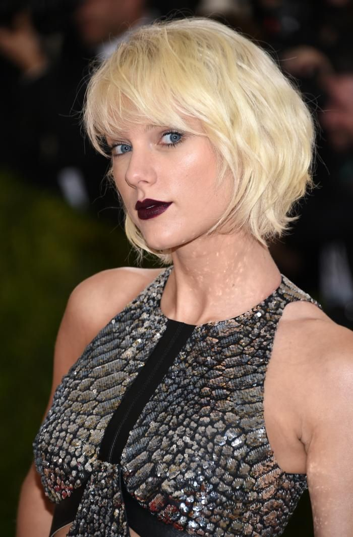 Taylor Swift con labios color vino