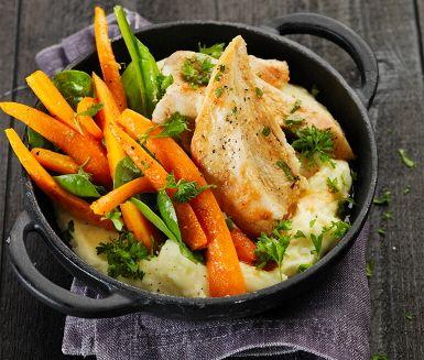 Saftiga kycklingfiléer som serveras med apelsinstekta morötter är ett vinnande recept som uppskattas av de flesta i familjen. Du steker morötterna tills de bli mjuka och pressar sedan i lite apelsinsaft och till sist spenaten. Ett lättlagat och fräscht tillbehör att knapra på ihop med kycklingen.