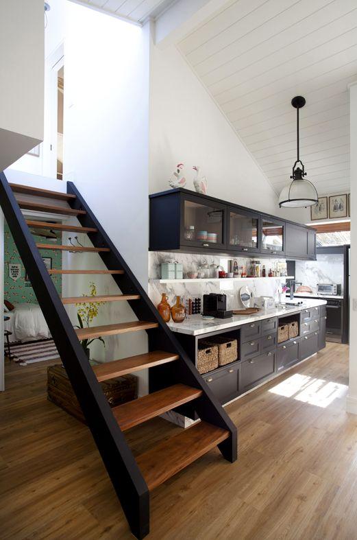 Escada funcional e charmosa nesse lindo projeto de cozinha.