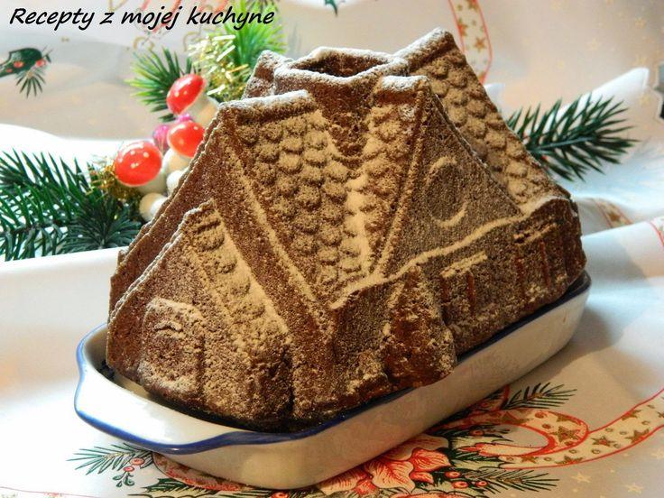 Bábovka ako voňavý perníkový domček s medom, kúskami čokolády a sušenými slivkami.
