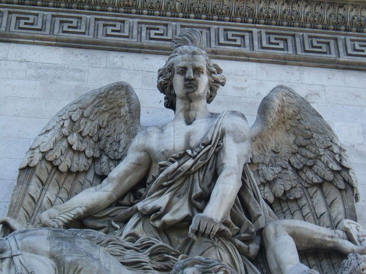 le Génie de l'Avenir du groupe sculpté La Résistance de 1814 par Antoine Etex, achevé en 1837 sur l'arc de triomphe de l'Etoile.