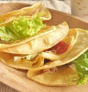 「ケサディア」をご存知ですか?タコスなどで使われるトルティーヤ(トウモロコシでできた薄い生地)に、肉や野菜やチーズなどを挟んでいただく、メキシコやアメリカでポピュラーな家庭料理です。基本的には具材を挟んでフライパンかトースターで焼くだけでできるので、特に忙しい朝食にオススメ!簡単でホッと幸せになれる美味しさのケサディアのレシピをぜひチェックしてみてください♪ ■お子様にも簡単につくれる♪  長男の