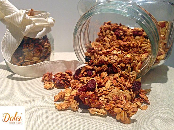 La GRANOLA FATTA IN CASA è un concentrato di benessere e gusto! In agglomerato di #cereali #frutta secca e disidratata in una base di #avena La #granola è perfetta da gustare nel latte o yogurt ma anche sola i per dare croccantezza a creme e dolci al cucchiaio! Sana genuina ed energetica! Ecco la #ricetta del #dolce http://www.dolcisenzaburro.it/recipe-items/granola-fatta-casa/ #dolcisenzaburro healthy and light desserts cakes sweets