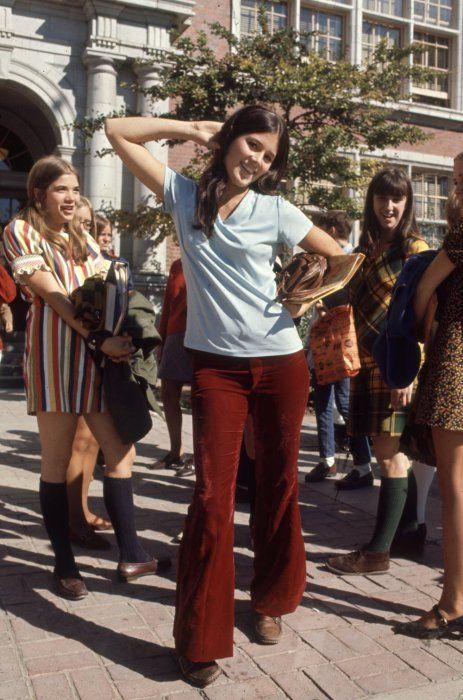 Главный атрибут хиппи - расклешенные брюки.1969