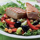 Salade met verse tonijn en kikkererwten, uit het kookboek 'Cucina della mamma' van Clara ten Houte de Lange. Kijk voor de bereidingswijze op okokorecepten.nl.