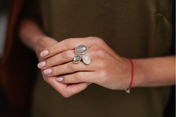 кольцо с облачным кварцем, розовым кварцем и бериллом // серебро