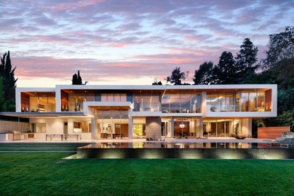 Classy, elegant, and contemporary - this modern property on Sunset Strip in California is bound to take your breath away. What are your thoughts?