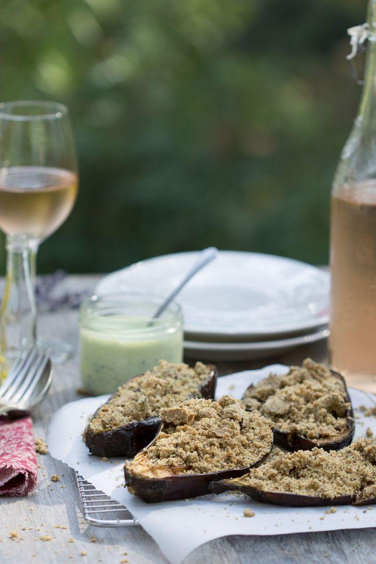Aubergine rôtie au cumin, crumble aux herbes sans gluten et sauce blanche au persil (vegan)