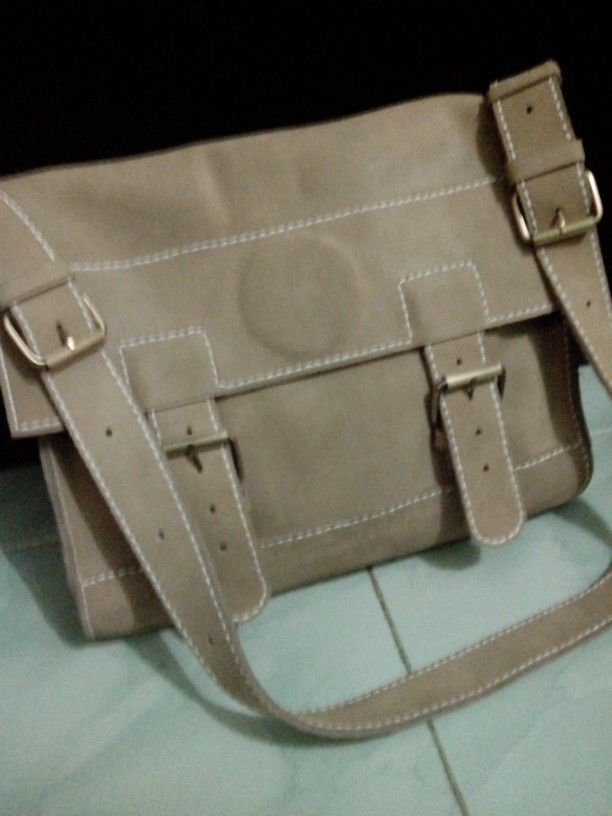 Tas sandang kulit asli buatan tangan.