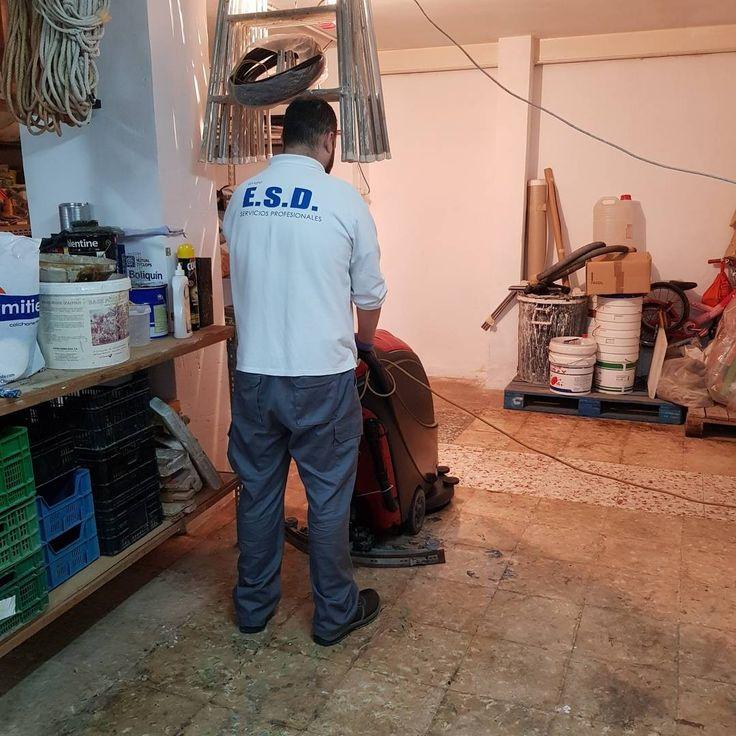 Esta semana respondemos a un aviso de urgencia en la calle José María Soler Agulló ## en #Elche. Un atasco hace reventar la arqueta en un local, inundandolo de residuos fecales. Acudimos para realizar los trabajos de #limpieza y #desinfección y el cliente ya puede continuar con su actividad.  #Grupo_ESD dando soluciones para todo tipo de situaciones, sea cual sea el área y el problema   #GrupoESD