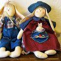 Conejo con jardinera jeans y coneja con sombrero y bolsillo de corazon en jeans