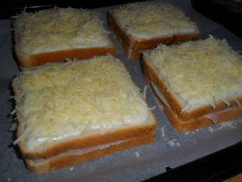 Fabulosa receta para Croque monsieur gratinado con bechamel . Un clásico internacional, croque monsieur, un sandwich elaborado con pan de molde, jamón york y queso, cubierto de salsa bechamel y gratinado al horno. Un sándwich llamado Croque Monsieur o Croque Madame.: