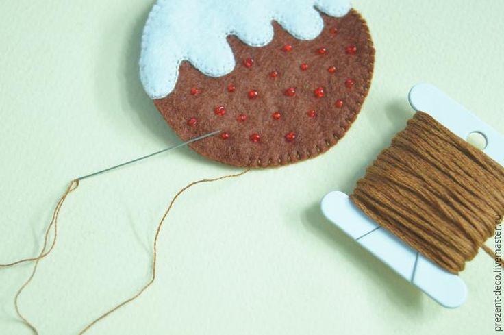 В Великобритании существует традиция печь на Рождество пудинг. Процесс этот очень трудоёмкий, пудинг вызревает в течение месяца. Для тех, кто не хочет долго ждать, предлагаю «испечь» рождественский пудинг из фетра, который станет не только прекрасным украшением для новогодней ёлочки, но и содержит в себе маленький сюрприз :) Если стежки заменить на более простые, то такой пудинг можно сшить…