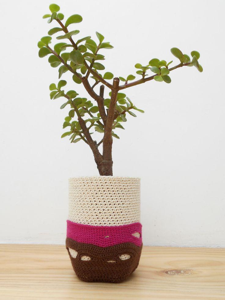 Botella de plástico reciclada. 100% tejido manual. 100% algodón. Crochet, forma libre. Sistema de subirrigación, cero goteo.