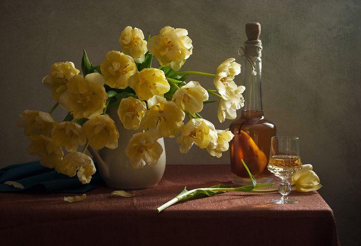 С жёлтыми тюльпанами