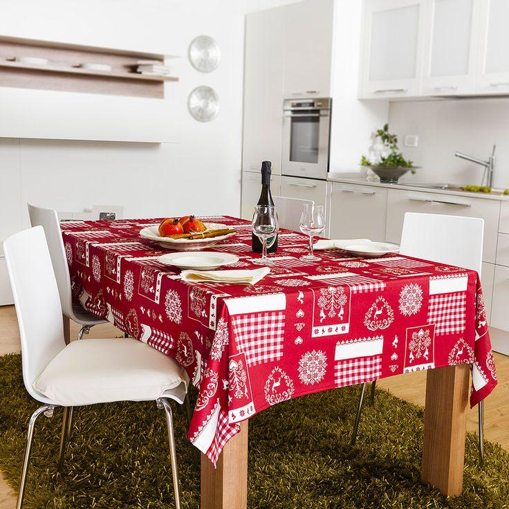 Rouge | Tovaglia | Eglooh.com - Eglooh - Rouge è una una gioiosa tovaglia natalizia in grado di proiettare alle scampagnate estive senza distrarre però dal Natale in arrivo. Un tripudio di quadretti, ghirlande, simboli e ornamenti tipici del Natale. Viene proposta nella misura cm. 150x180, per una tavola da 6 posti. Completa di 6 tovaglioli. spiccano in bianco su sfondo rosso