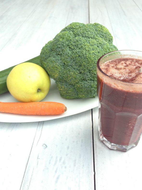Een groentesap of groene smoothie is een goede manier om makkelijk voldoende groente en fruit binnen te krijgen. Dit groentesap recept is lekker en gezond!