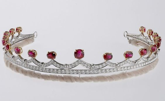 Stephen Webster Tiara in white gold with diamonds and spinels with wave motifs.