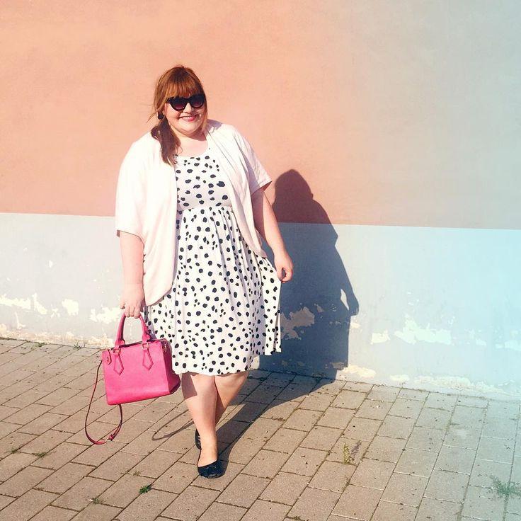 plus size outfit by kathastrophal.de - dotted dress, pink purse - Weißes Kleid mit schwarzen Tupfen und pinkfarbene Handtasche