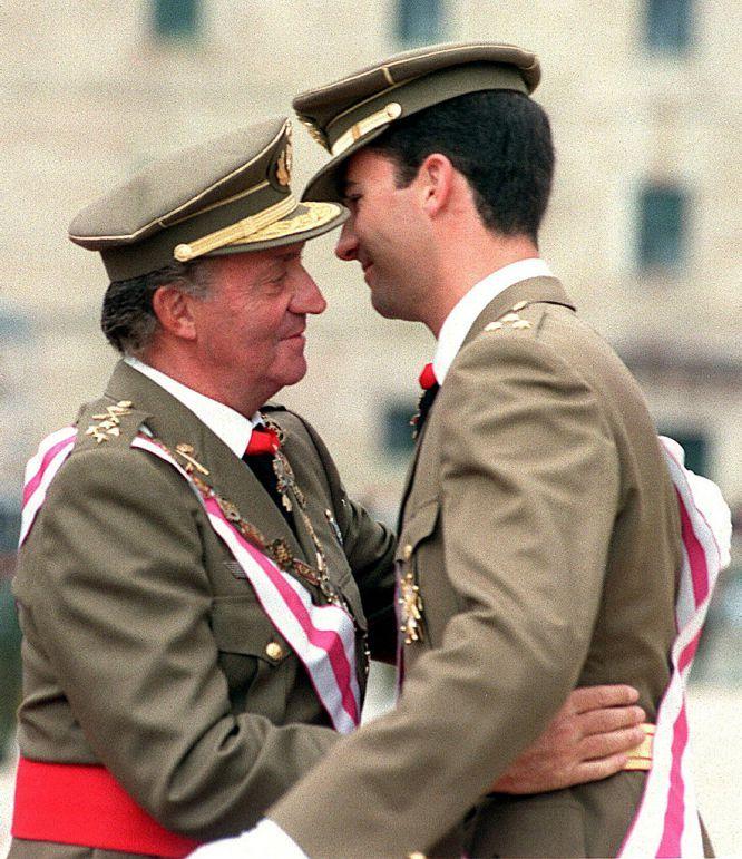 17 de mayo de 1999. El rey Juan Carlos abraza a su hijo, el Príncipe de Asturias, tras imponerle la banda y la Gran Cruz de la Orden de San Hermenegildo, en una ceremonia celebrada en el Monasterio de El Escorial. PEPE HUESCA (EFE) Felipe VI: Juan Carlos I y Felipe | Fotogalería | Actualidad | EL PAÍS