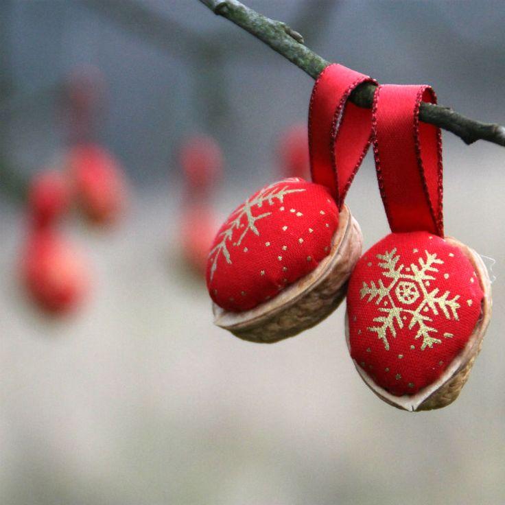 Retro+Vánoční+ozdoby+-+oříšek+-+červené+DODÁNÍ+DO+VÁNOC.+Klasické+oříškové+Vánoční+ozdboby+inspirované+vzpomínkami.+Cena+za 1+ks.+Látka+100%+bavlna,+výplň+PES,+++stuha+Na+přání+mohu+vyrobit+více+ozbod,+popřípadě+v+jiných+barvách.+Výška+cca+3-4+cm ++stuha+na+zavěšení.+Průměr+ozdoby cca+2,5-3+cm.+Líbí+se+Vám+stojánek+na+ozdoby?+Je+možné+jej+zakoupit...