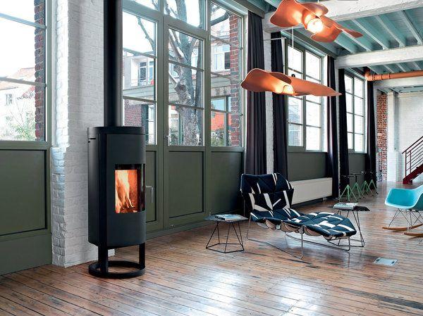 Mis en valeur par son piètement, le poêle « Naos » de Supra se fond avec discrétion dans l'intérieur de la maison, compatible avec les habitations BBC. De forme arrondie, il confère de la douceur à l'atmosphère.