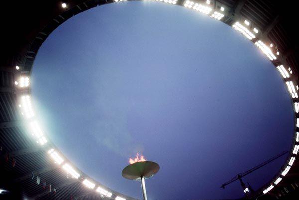 La flamme olympique brûle sous les projecteurs du Stade lors des Jeux olympiques de Montréal de 1976. (Photo PC/AOC)