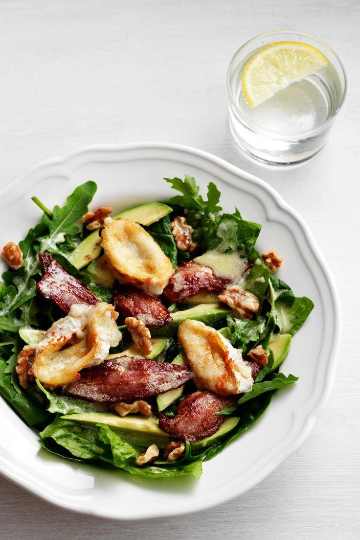 Läcker sallad för dig som gillar bacon, avokado, getost och nötter. Matig men ändå superfräsch till lunch eller en lättare middag!