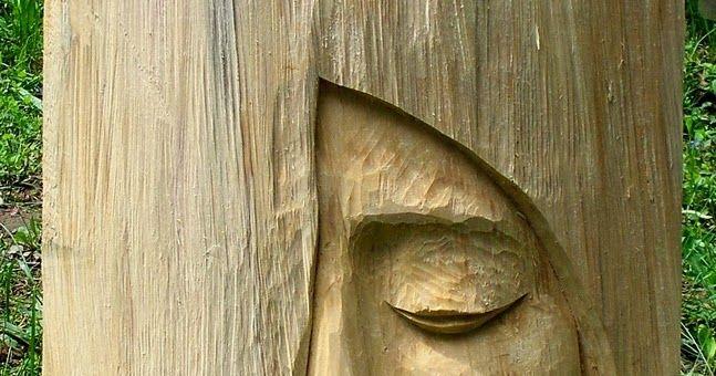 Podczas plenerów często powstają rzeźby o wymiarach niekoniecznie monumentalnych. Przykład dwóch prac z topolowego drewna o wielkości ...