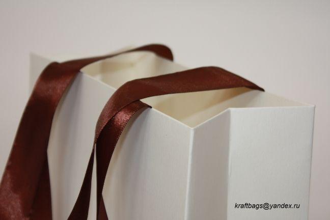 Пакет из дизайнерской бумаги с тиснением, с ручками из тесьмы шириной 24мм