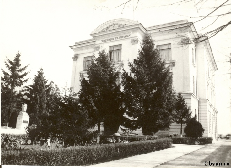 """Biblioteca """"V.A. Urechia"""", Galati, Romania, anul 1990.  Imagine din colecţiile Bibliotecii Judeţene """"V.A. Urechia"""" Galaţi."""