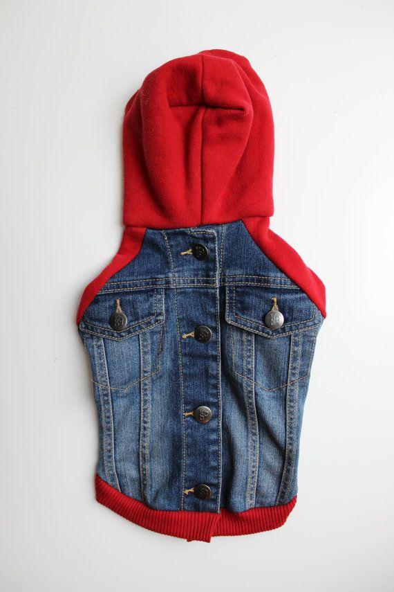 Ce Sweat à capuche denim upcycled est issu de la veste en Jean pour enfants Place et le capot rouge, manches et garniture à partir un hoodie Abercrombie et Fitch. Il suffit de tirer sur la tête et fermer les boutons dans le dos. Machine de lavage à froid, et linge sec faible.  Mesures de la veste : Longueur dos : 12 » Circonférence : 20 » Ventre : 18 » Cou : 13