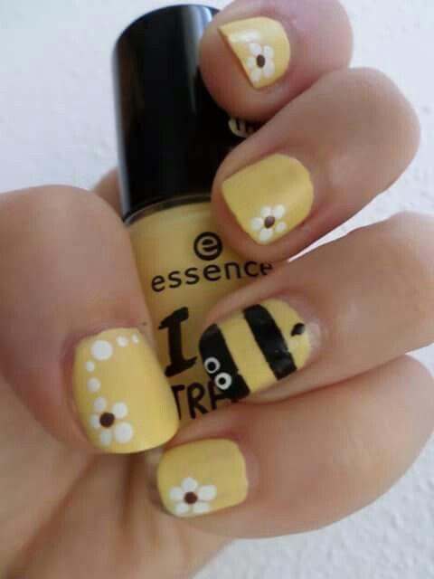 Bee nails Unghie decorate con smalto giallo matt essence  Sull'anulare ape e fiorellini margherite sulle altre unghie