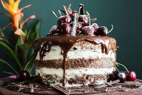 Αν η ευτυχία μπορούσε να γλυκό, θα ήταν μια black forest. Σοκολατένιο παντεσπάνι, ντελικάτη κρέμα και ζουμερά κεράσια σε λικέρ κιρς! Απλά θεϊκή!